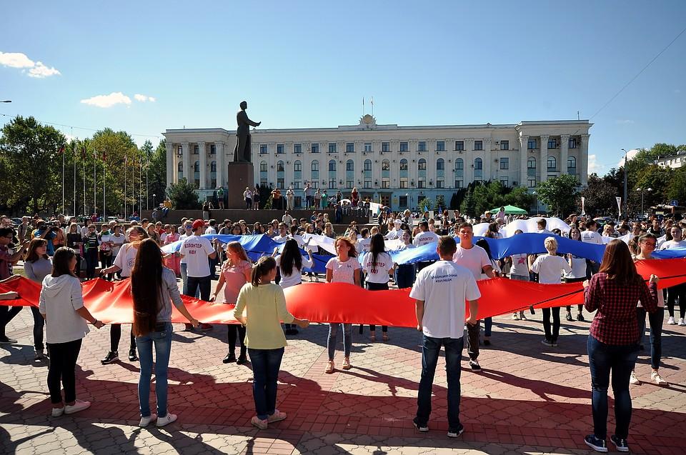 krim-demonstratsiya-russkie-flagi-nadela-kolgotki-i-legla-v-koyku-video