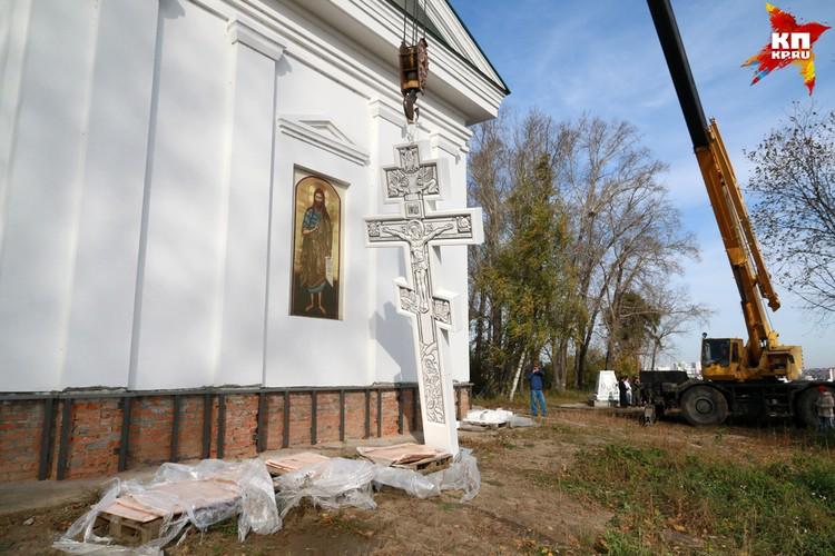 Шестиметровый крест освятили в Нагорном парке Барнаула