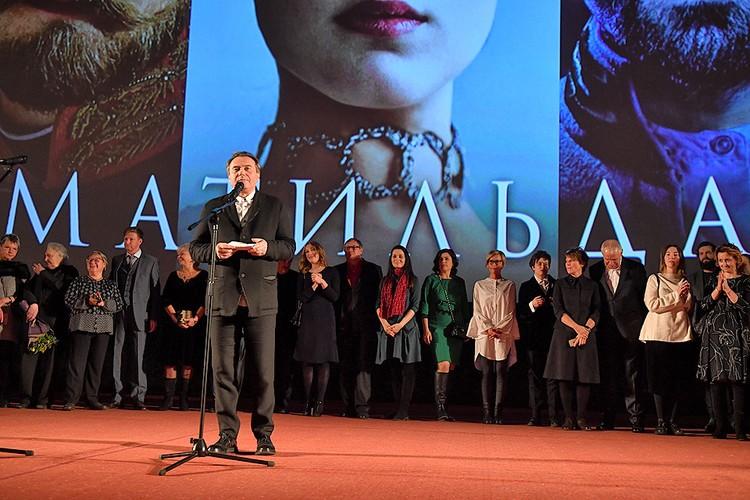 Алексей Учитель со сцены признался, что исполнители главных ролей, иностранцы, без шуток побоялись ехать на премьеру.