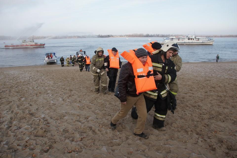 Спасенных пассажиров встречали сотрудники МЧС, которые провожали их к медикам