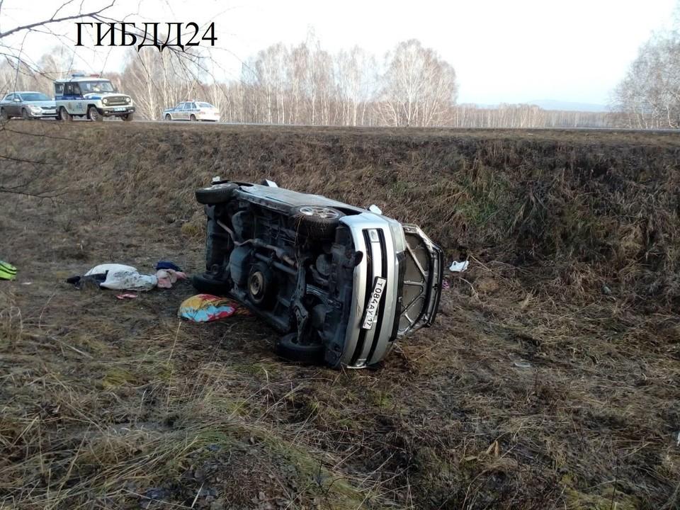 В момент аварии в салоне находилось девять человек (хотя рассчитан он на семь пассажиров), трое детей пострадали. Фото: пресс-служба УГИБДД края