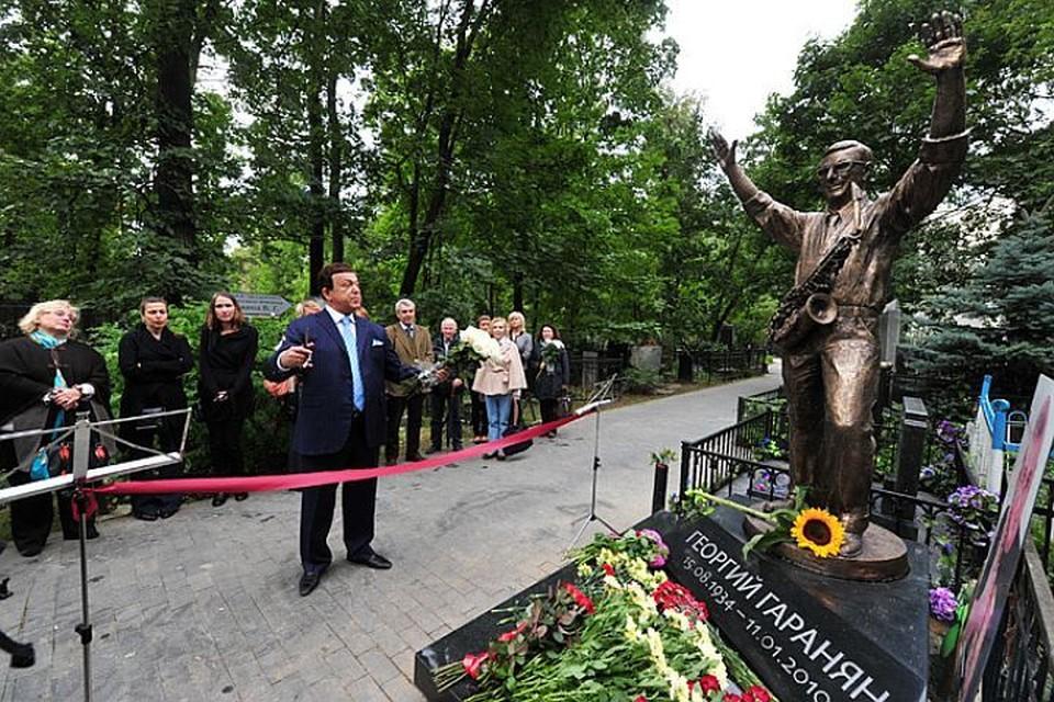 Памятник выдающимуся джазовому музыкану Георгию Гараняну на Ваганьковском кладбище открыл Иосиф Кобзон.