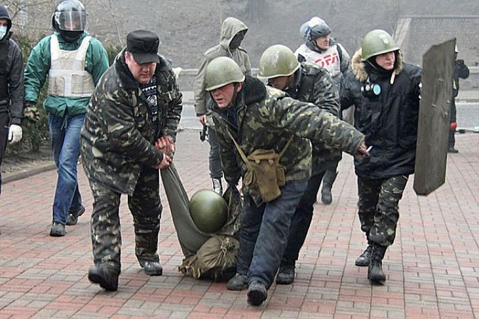 Февраль 2014 года, эвакуация жертвы уличных боев в центре Киева.