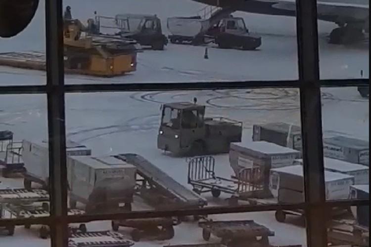 Очевидцы сняли водителя на видео