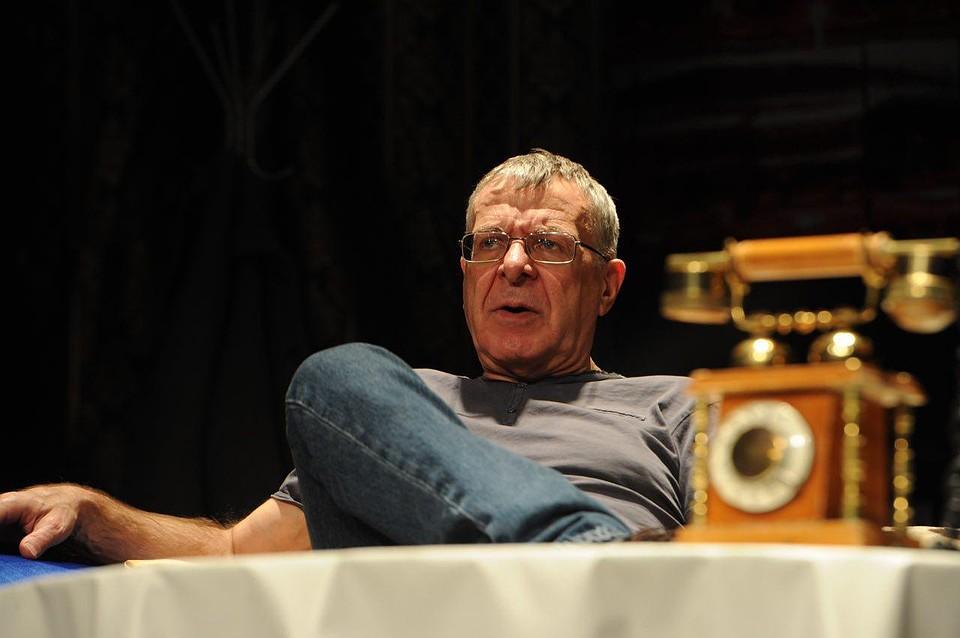 «Дальше, чем на сутки, не загадываю»: Андрей Ургант отметил день рождения на сцене