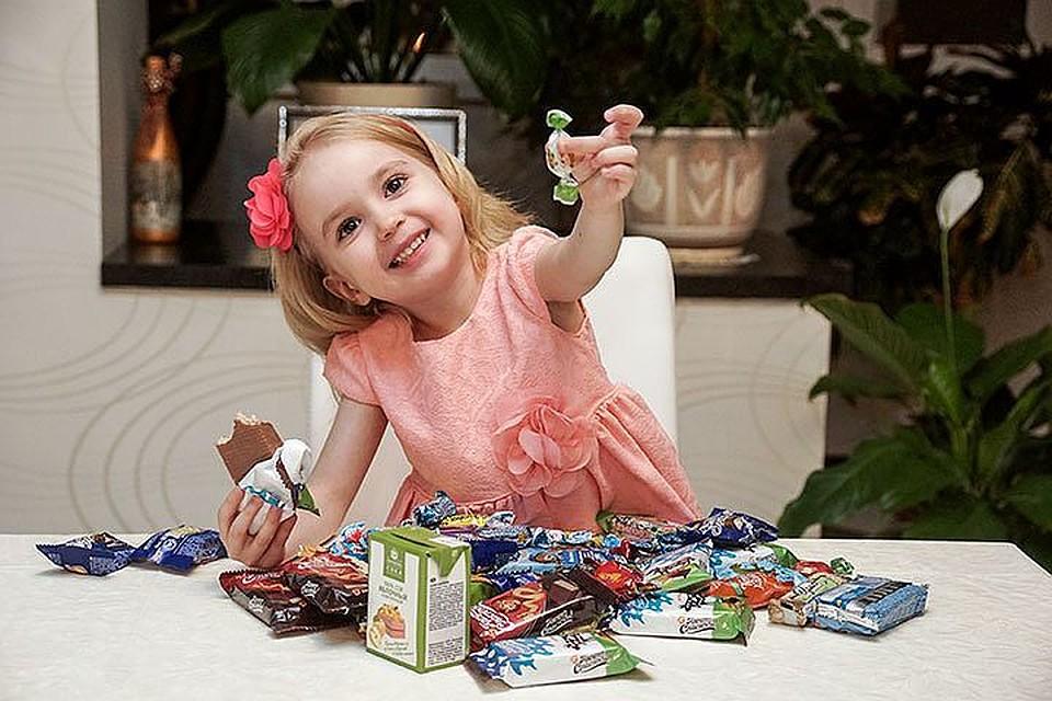 малыш с конфетой картинка стоит использовать хэштеги