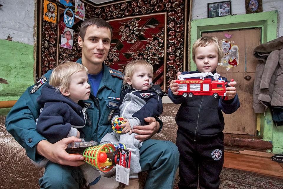 Самарский пожарный Александр Мордвов с Сашей, Денисом и Даней.