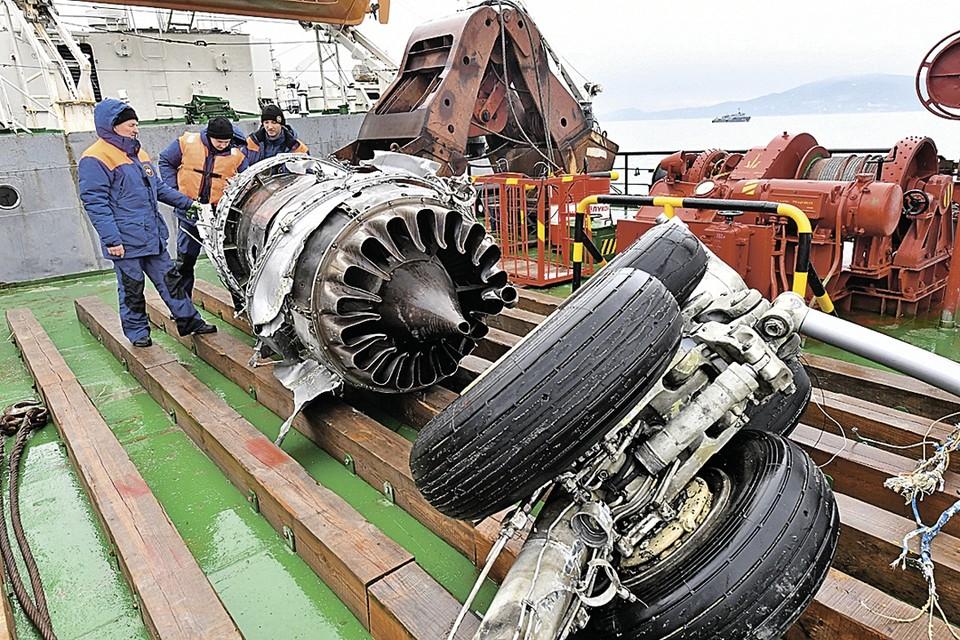 Фрагменты Ту-154 (на фото - шасси и двигатель) пришлось поднимать со дна моря. Расследование катастрофы решено продлить еще как минимум до весны.