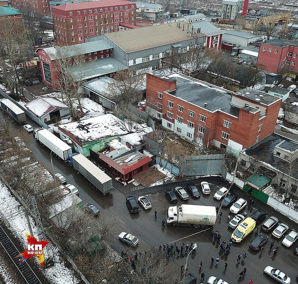 """Вид на комплекс зданий кондитерской фабрики """"Меньшевик"""", где сегодня произошла стрельба."""