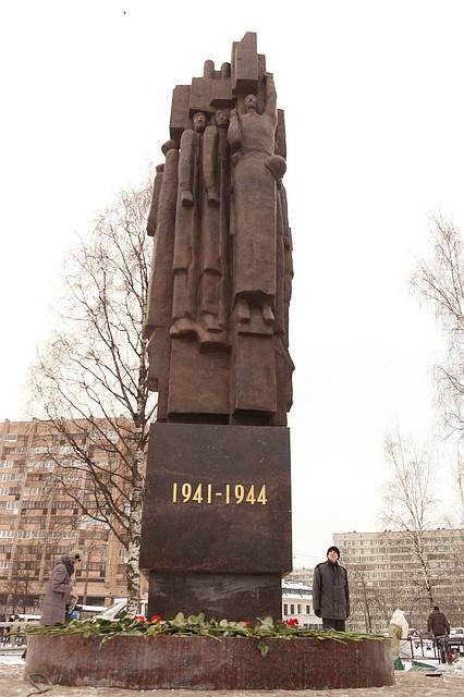 Искусственный памятник 94 памятники гранит и мрамор что лучше чем