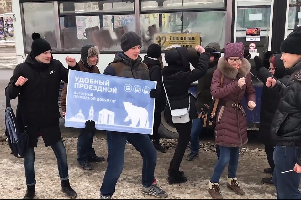 Мама с дочерью целуются в автобусе перед пассажирами видео