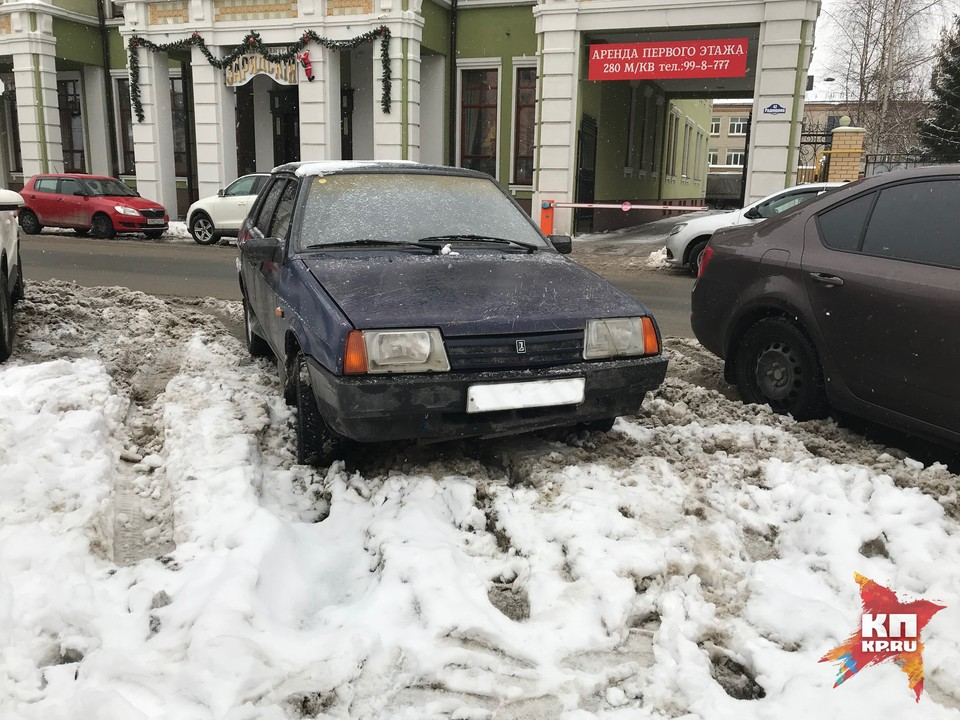 Уже многие рязанцы возмущены качеством уборки снега на платных парковках