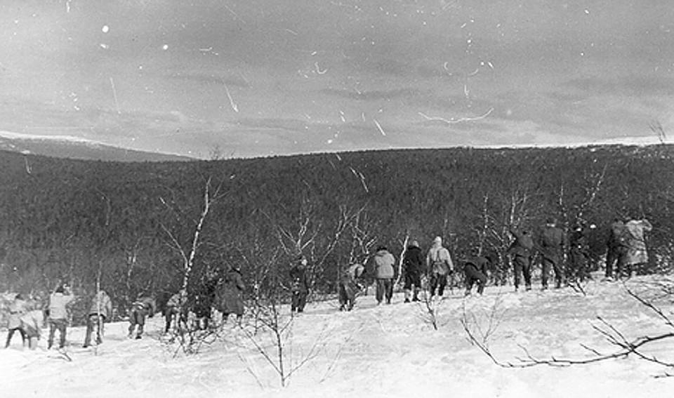 Поисковики разыскивают пропавших туристов. ФОТО из архива фонда памяти группы Дятлова.