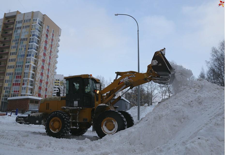 Уборка (нередко еще и вывоз) снега входят в перечень обязательных услуг, прописанных в договоре управления домом.