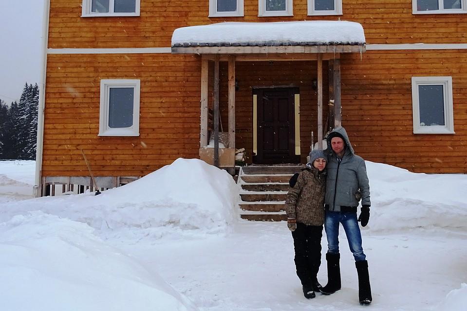 Супруги Конышевы на фоне своего коттеджа