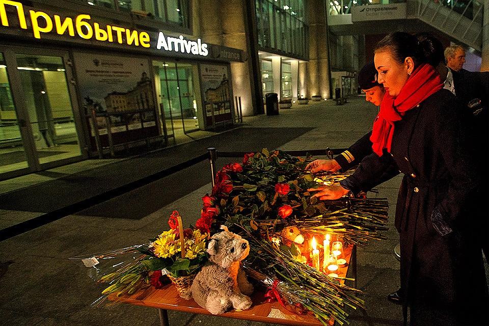 Октябрь 2015 года. Люди приносят цветы, свечи и игрушки ко входу в здание аэропорта, в память о жертвах авиакатастрофы самолета Airbus A321. В России был объявлен национальный траур.