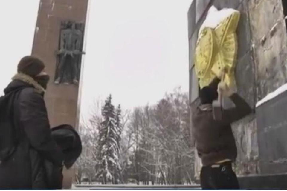 Как всегда, украинские «патриоты» во время своих акций вандализма прячут лица
