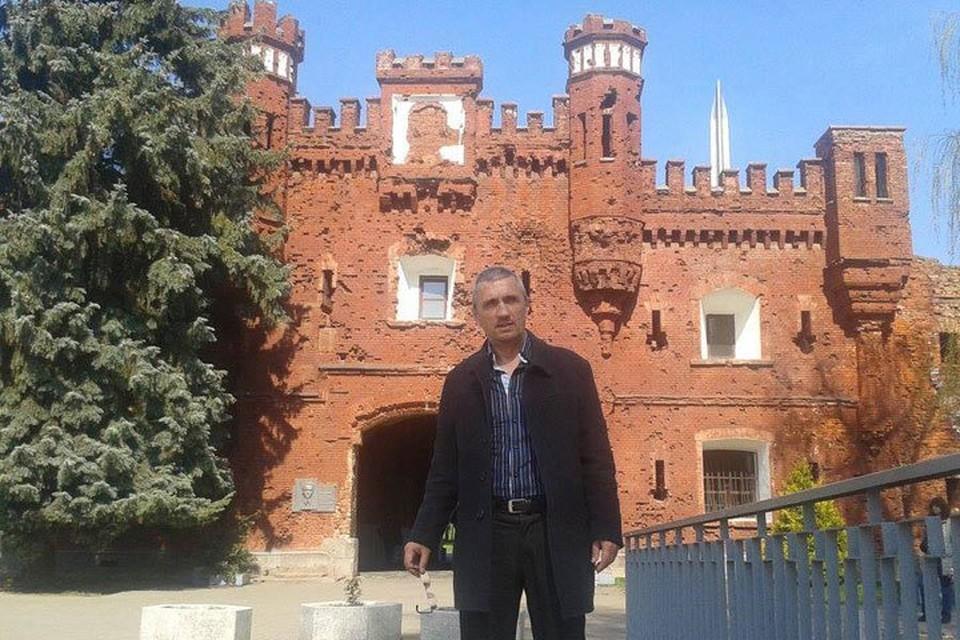 Геннадий на фоне Брестской крепости