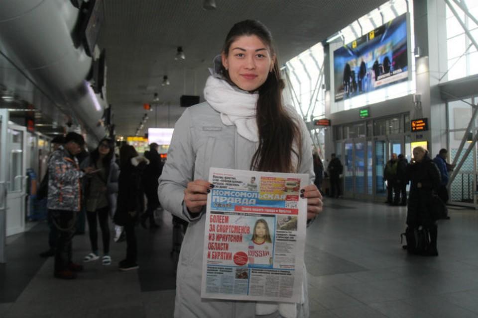 """Анастасия Кочержова оставила автограф на выпуске """"Комсомолки"""", на обложке которой ее фотография."""