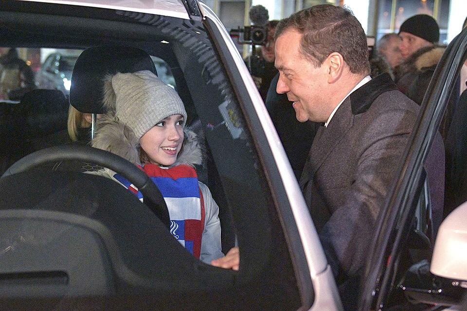 Дмитрий Медведев и олимпийская чемпионка Алина Загитова.