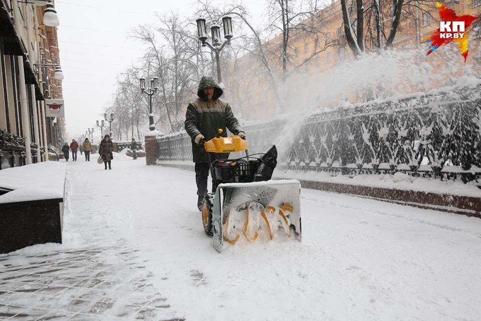 С последствиями снегопада коммунальникам помогают справиться представители общественных организаций, трудовых коллективов, военные