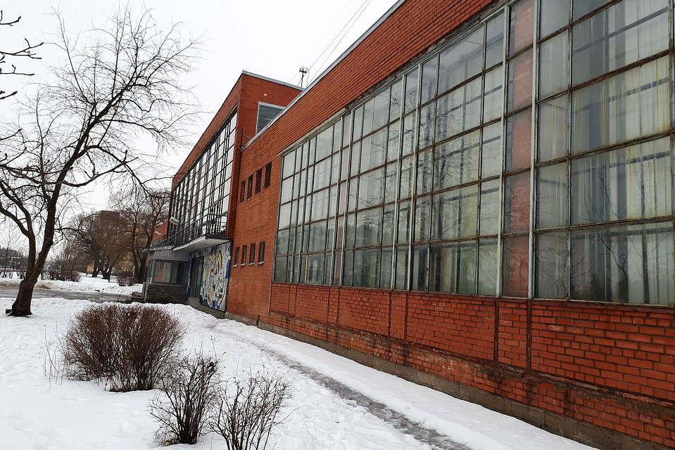 Здание Школы олимпийского резерва медленно разрушается, а чиновники в раздумьях.