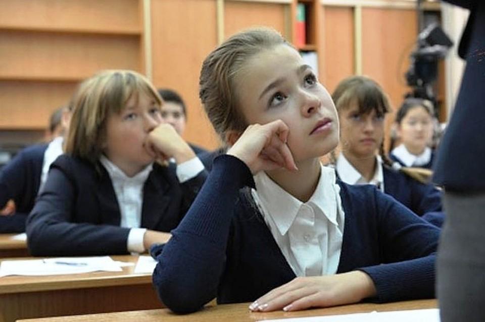 Учительница показывает родитель что делают студенты с ней на уроках
