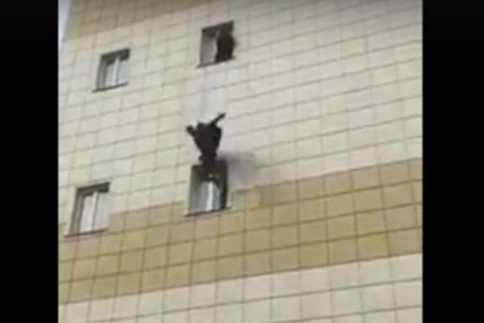 Люди прыгали из окон горящего кемеровского ТРЦ «Зимняя вишня», один из выпрыгнувших мужчин погиб