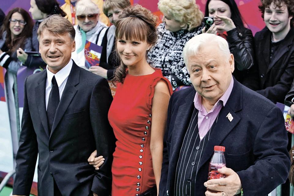 Антон Табаков с женой Анжеликой и отцом.