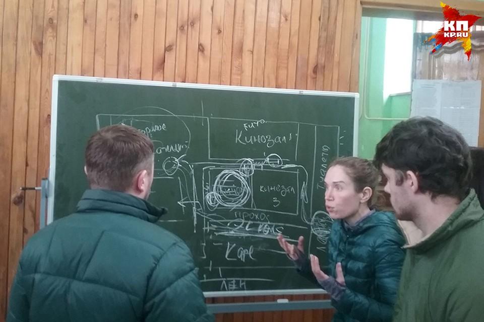 Евгений почти все время находится в штабе (на фото справа)
