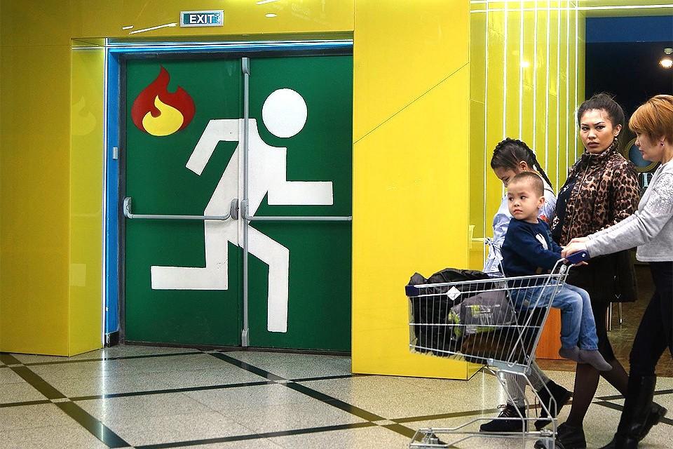 В торговые центры заманивают людей, а отпускать не хотят.