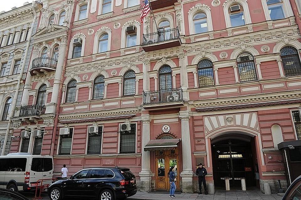 Петербуржец бросил стакан с кофе в здание консульства