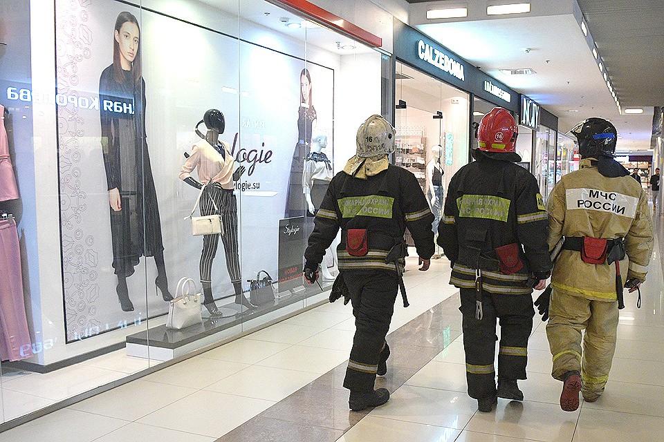 """Журналисты """"КП"""" вместе с сотрудниками прокуратуры и МЧС проверили состояние пожарной безопасности в ТЦ """"Город""""."""