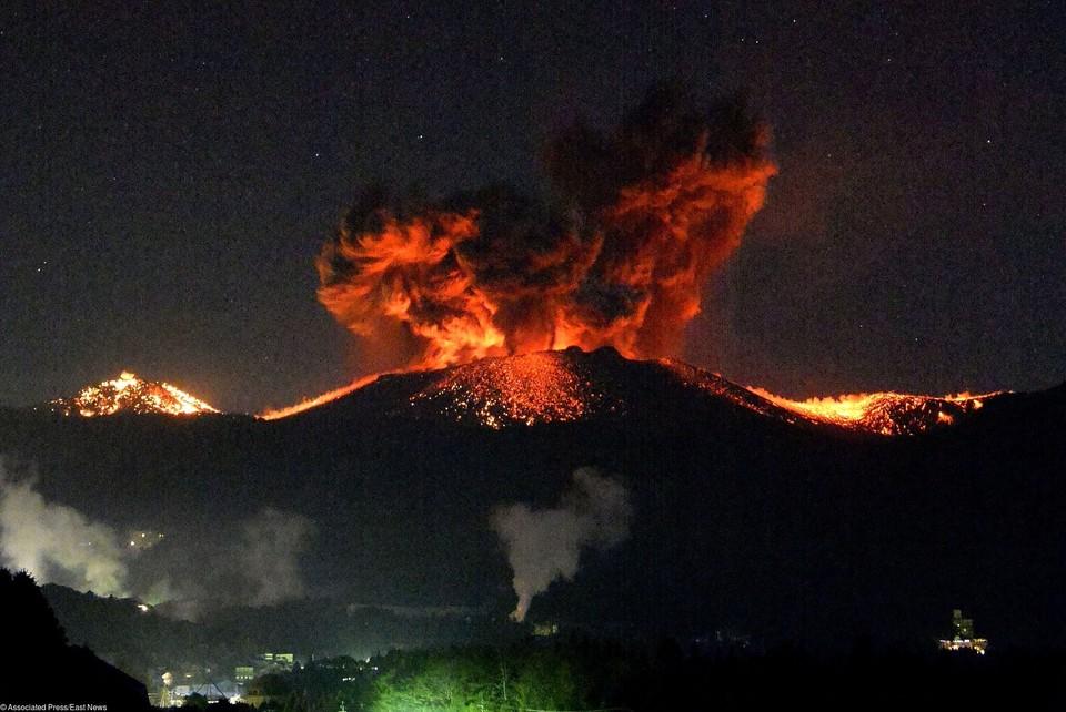 Извержение японского вулкана Симмоэ