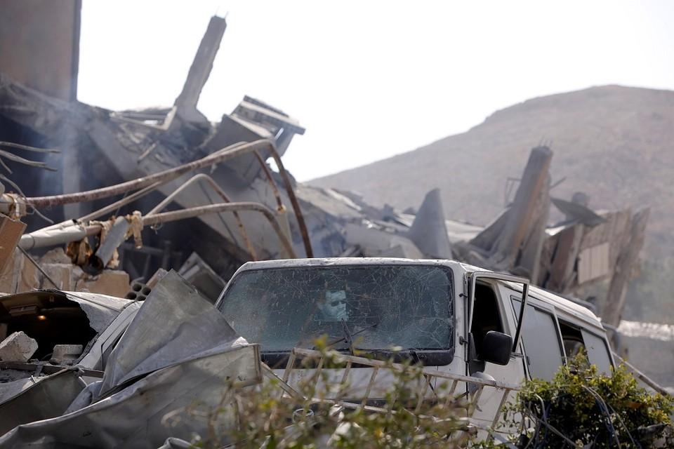 Разрушенное в результате ракетного удара здание НИИ в Сирии