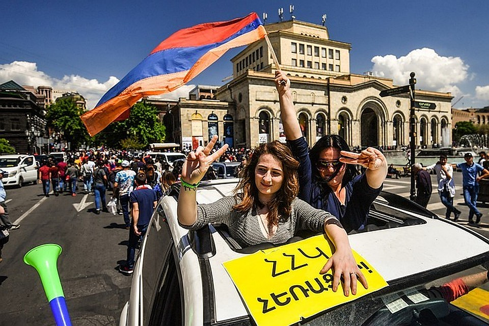 На улицах Еревана празднуют отставку Саргсяна.