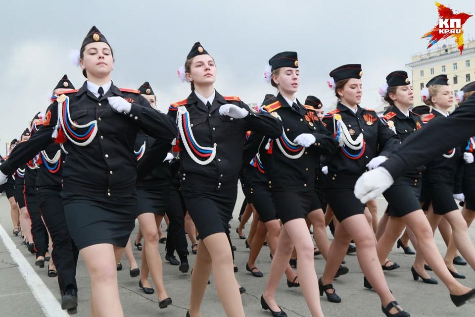 В шествии принимали участие военные и курсанты ведомственных учебных заведений. Были среди них и девушки.