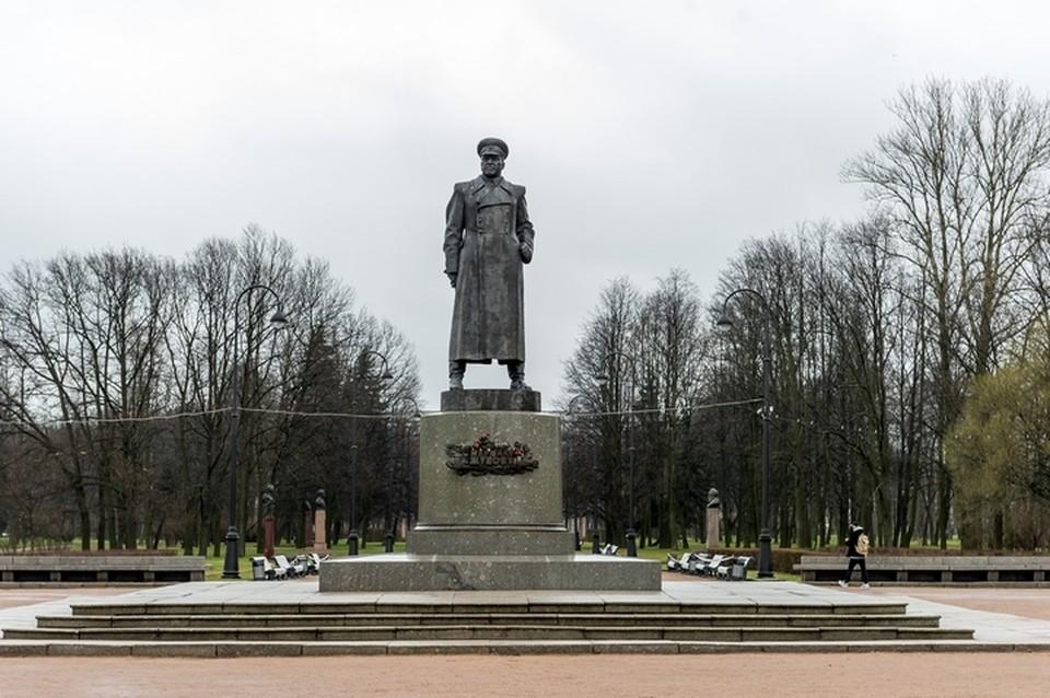 Памятник маршалу Жукову а Московском парке Победы