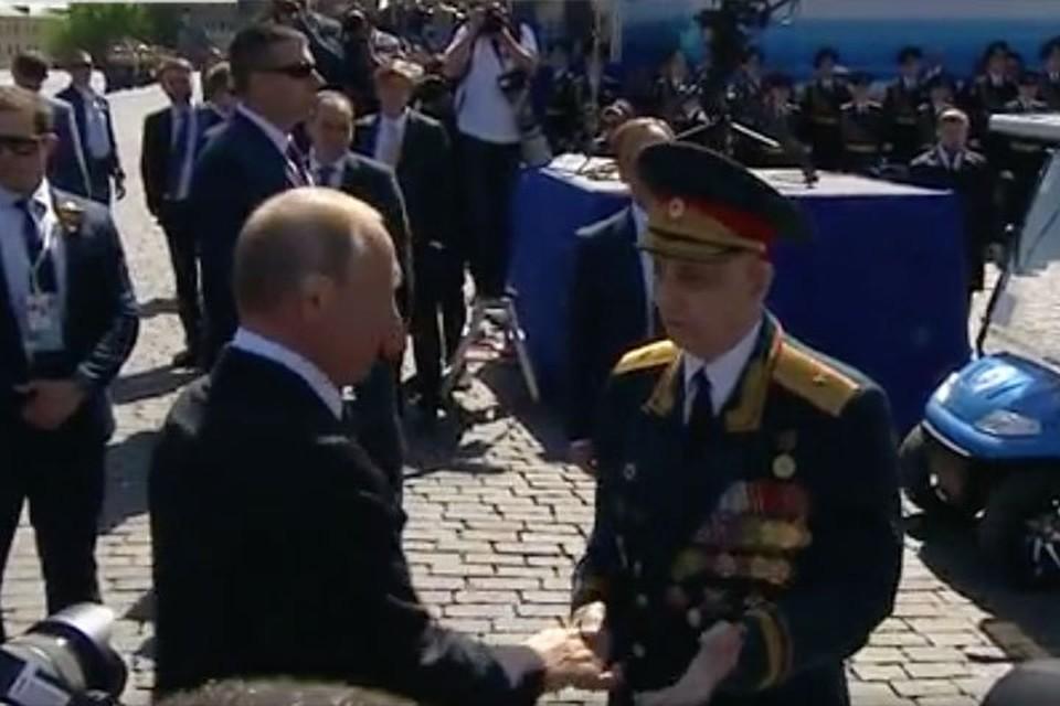 Путин пригласил ветерана пойти вместе с ним на церемонию в Александровский сад. Фото: скриншот с видео