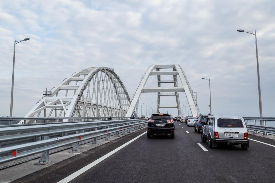 На мосту автомобилей днем больше, чем ночью.