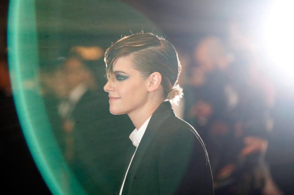 Наряд Кристен Стюарт вызвал бурю эмоций: поклонники умоляют актрису уволить ее стилиста.