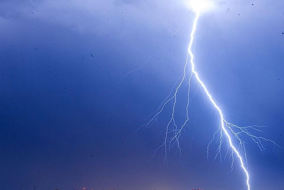 Молния ударила девушек, которые делали селфи во время грозы
