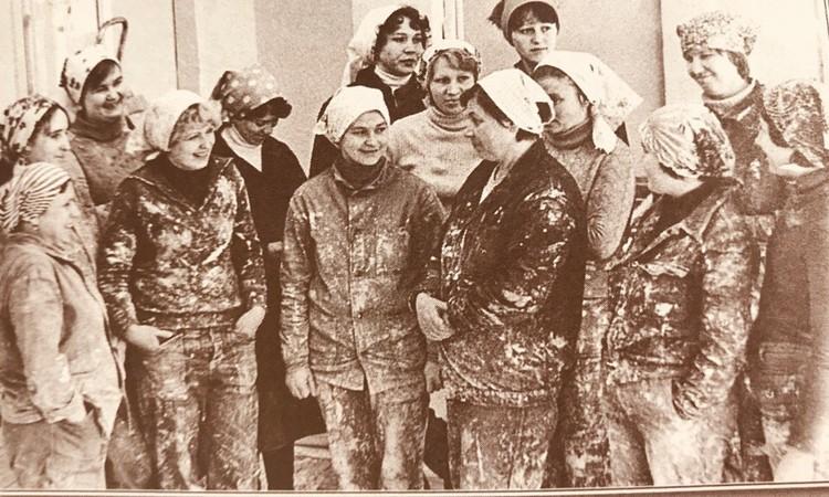 Комсомольско-молодежная бригада маляров треста «Калининстрой-1». Фото: из книги «Комсомол - моя судьба»
