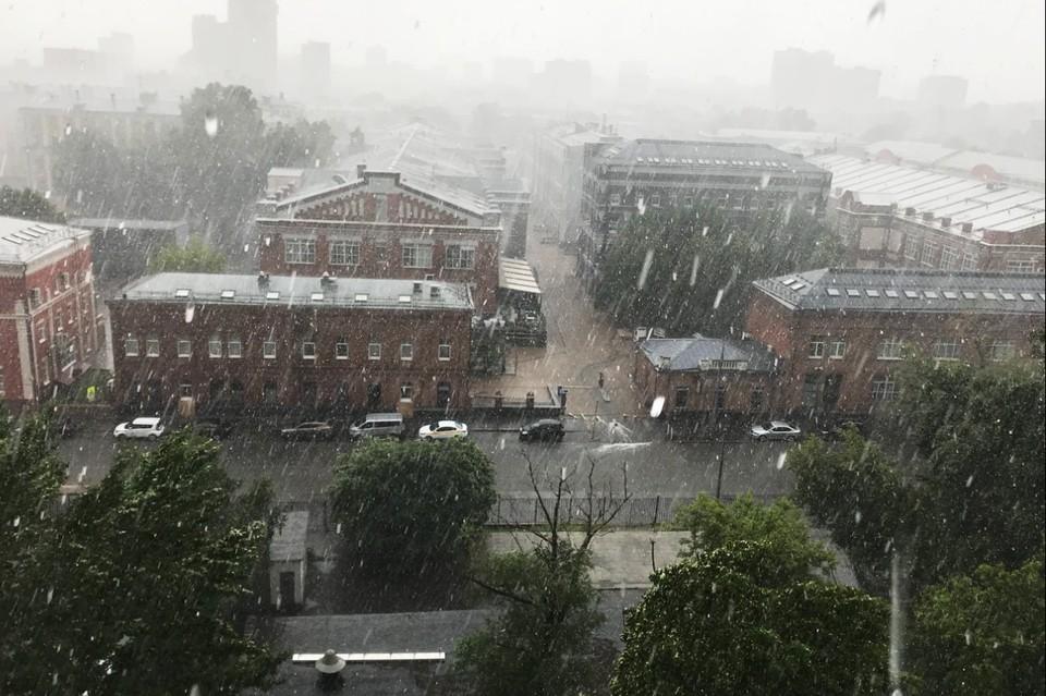 На север столицы обрушился крупный град с дождем