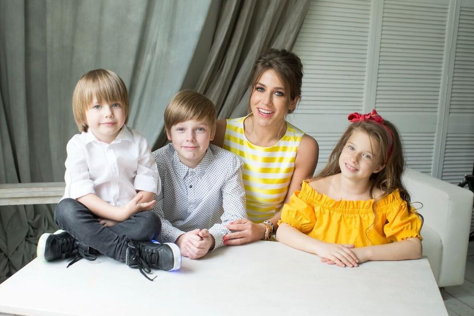 Помимо работа на телевидении Барановская воспитывает троих детей и пишет книги