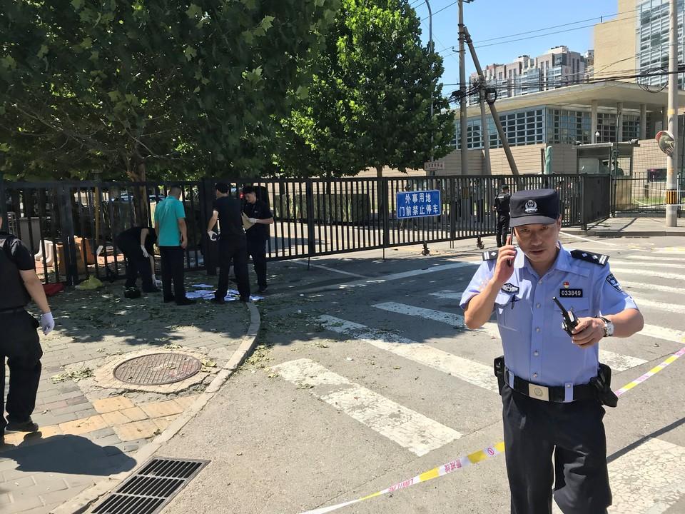 Полиция работает на месте взрыва у посольства США в Пекине