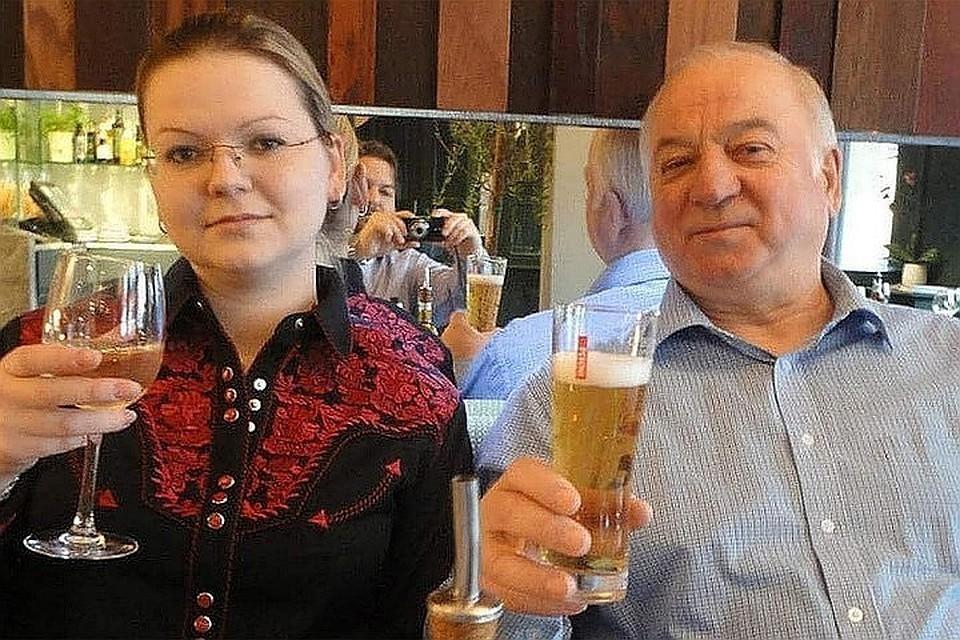 Юлия Скрипаль и Сергей Скрипаль в пабе в Солсбери