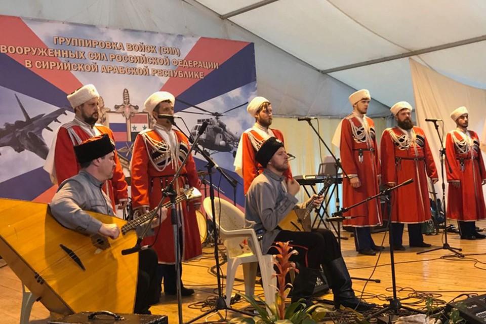 Кубанский казачий хор на выступлении на авиабазе в Хмеймим