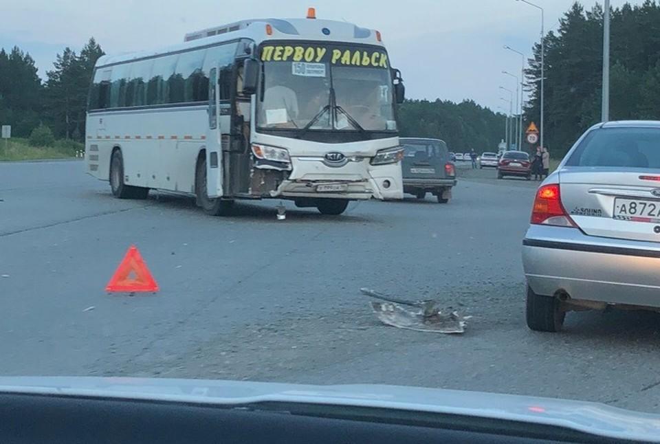 """Под Первоуральском автобус снес легковушку. В ней погибла женщина. Фото: """"Инцидент Первоуральск"""""""