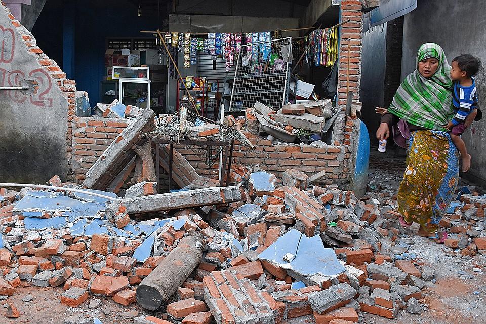 На курортном острове Ломбок в Индонезии произошло мощное землетрясение.
